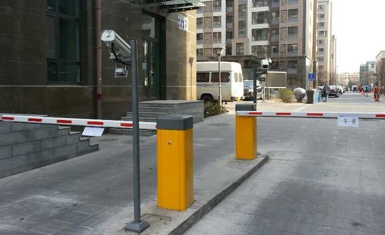 车辆达到小区入口摄像机识别区域